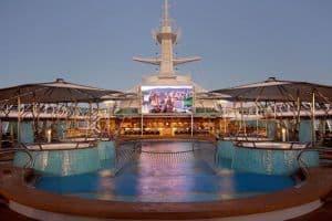 Écran de cinéma sur le pont piscine