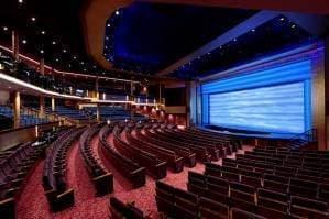 Cinéma en 3D et écran géant en plein air près de la piscine