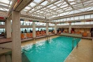 2 piscines avec solarium, exclusivement pour les adultes